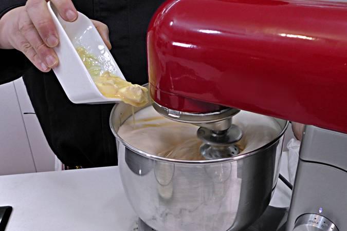 Añadir la mantequilla, la leche y la esencia de vainilla