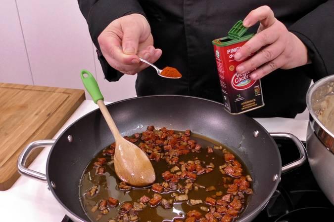 Añadimos con cuidado el pimentón
