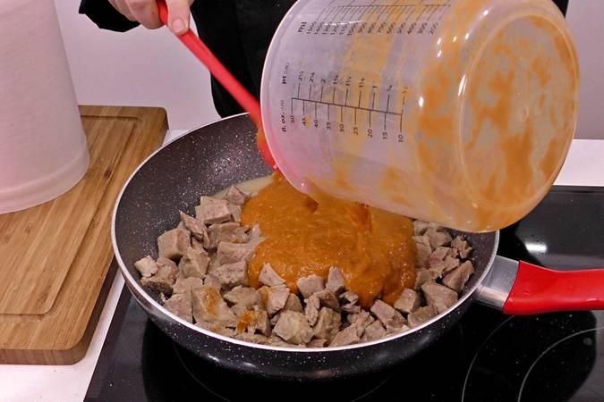Trituramos la salsa y la añadimos a la carne