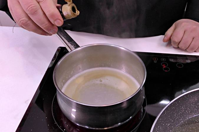 Paso 2 de Buñuelos de viento rellenos de crema de queso