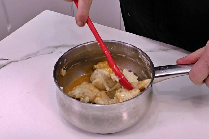 Paso 4 de Buñuelos de viento rellenos de crema de queso