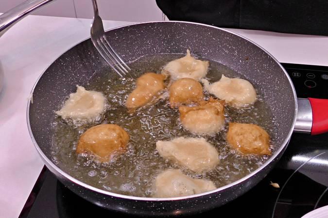 Paso 5 de Buñuelos de viento rellenos de crema de queso