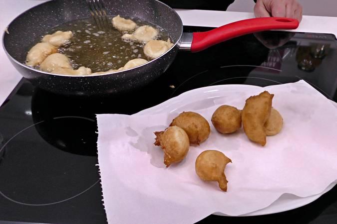 Paso 6 de Buñuelos de viento rellenos de crema de queso