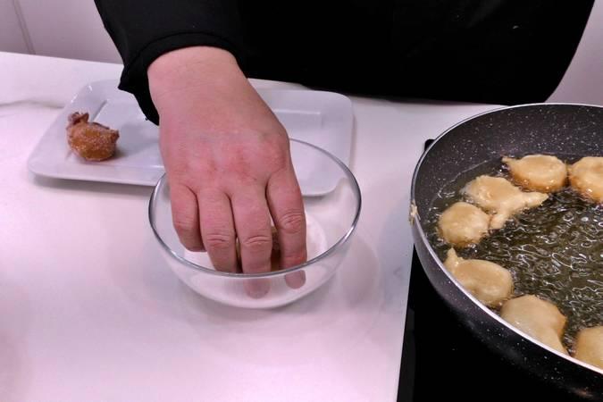 Paso 7 de Buñuelos de viento rellenos de crema de queso