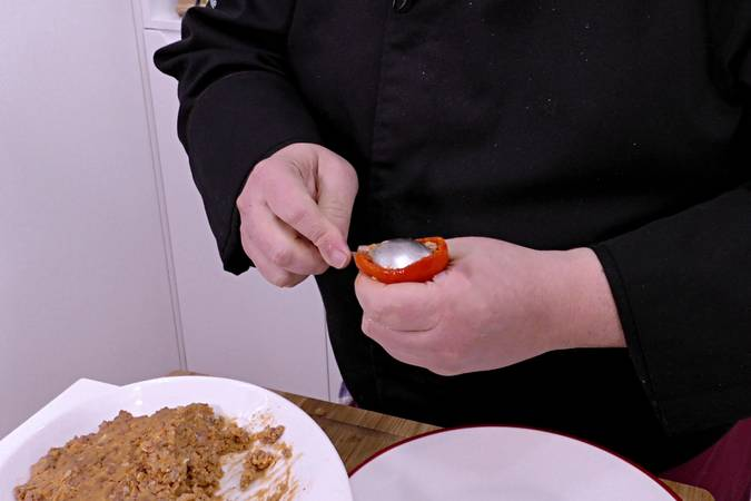 Paso 2 de Pimientos rellenos de carne con salsa de tomate