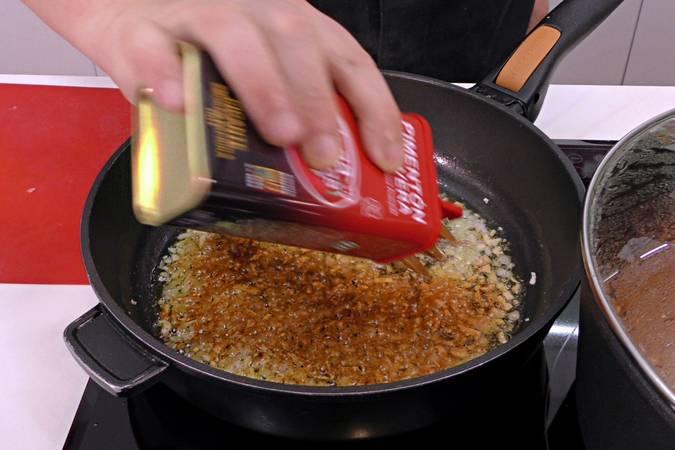 Cocinar el ajo y la cebolla y añadir el pimentón
