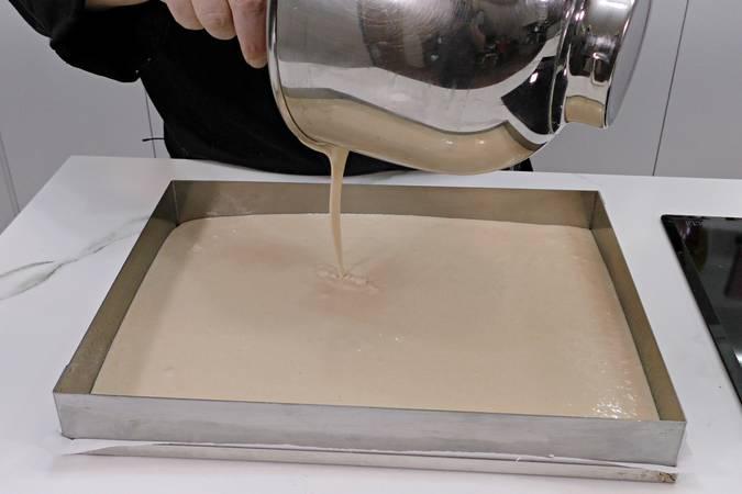 Preparar el molde y volcar la mezcla