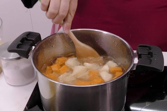 Paso 2 de Crema de calabaza con virutas de ibérico