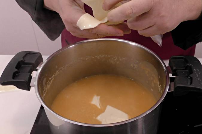 Paso 4 de Crema de calabaza con virutas de ibérico