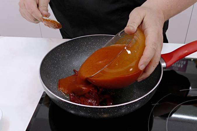 Paso 4 de Receta de atún con salsa de tomate y pimientos del piquillo