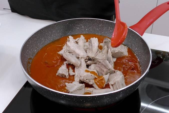 Paso 5 de Receta de atún con salsa de tomate y pimientos del piquillo