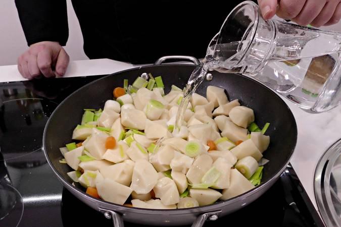 Cortamos las patatas y añadimos a la cazuela