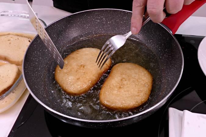 Paso 1 de Torrijas con helado y sopa de leche condensada