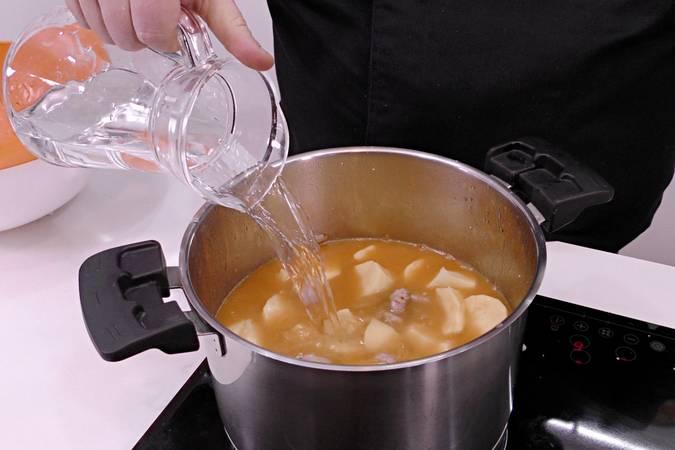 Agregamos las patatas y agua