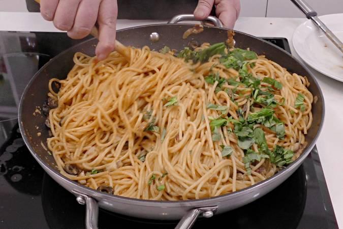 Mezclamos la salsa con los espaguetis
