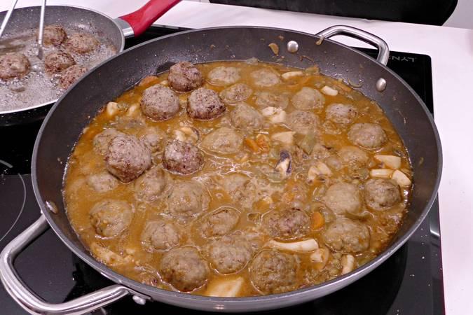 Paso 6 de Albóndigas con sepia y verduras
