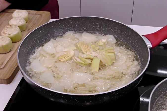 Paso 2 de Tortilla de patata con jamón y alcachofas
