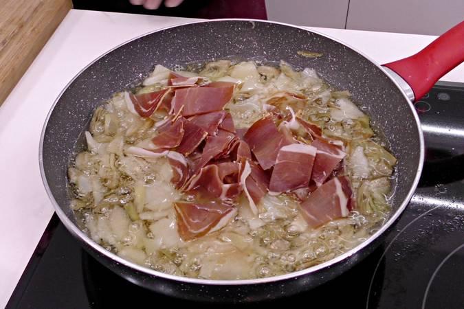 Paso 3 de Tortilla de patata con jamón y alcachofas