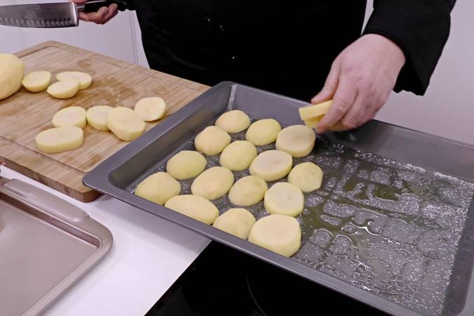 Preparamos la bandeja con las patatas