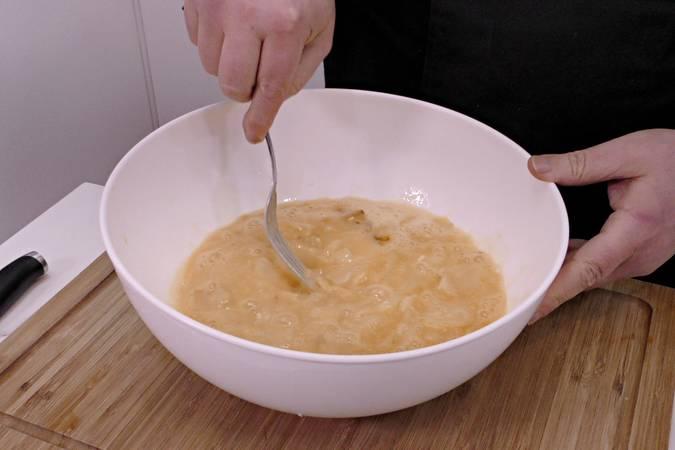 Mezclamos las patatas con los huevos