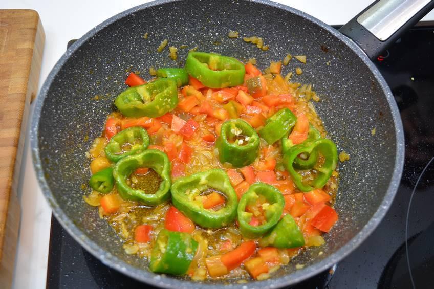 Añadir el tomate frito y dejarlo reducir