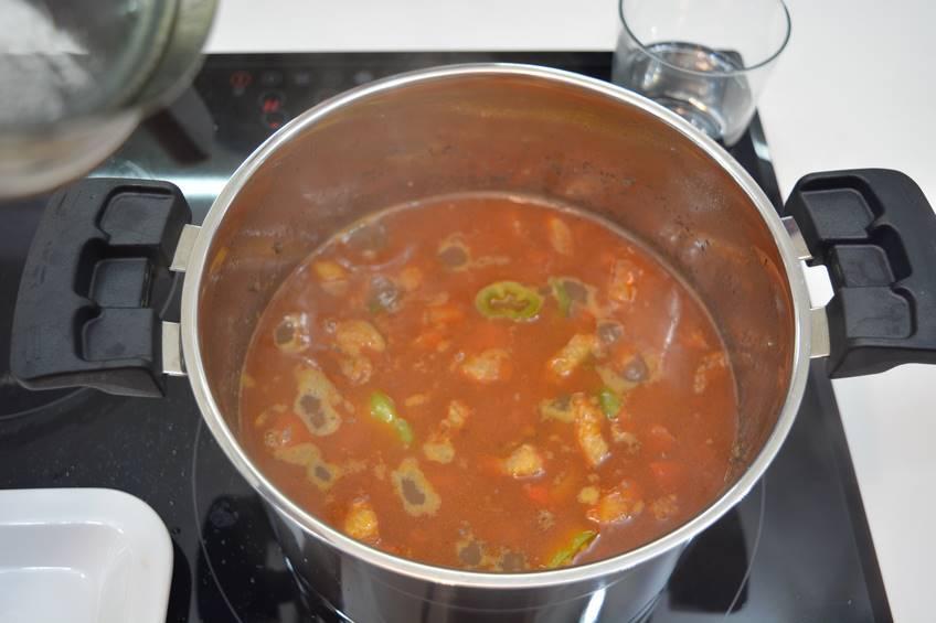 Sacar los pimientos y la zanahoria y ponerlos con el sofrito