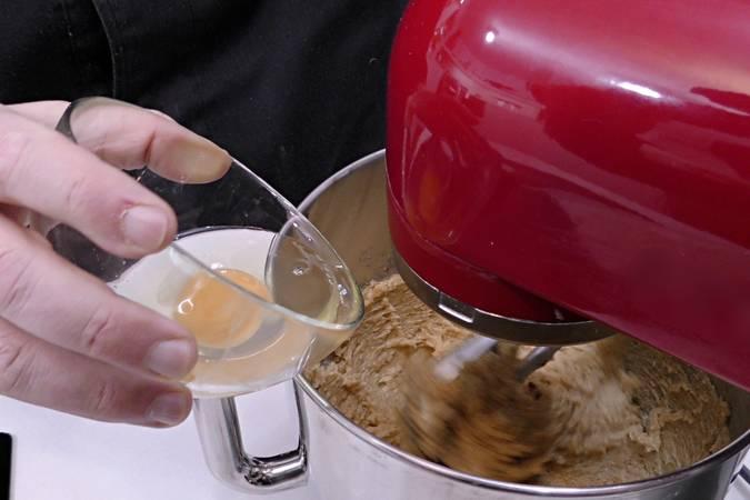 Añadir sal, esencia de vainilla y los huevos