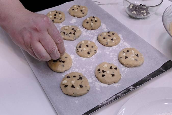 Dar forma a las galletas y colocarlas en una bandeja