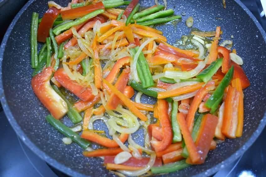 Paso 2 de Solomillo de cerdo guisado con verduras