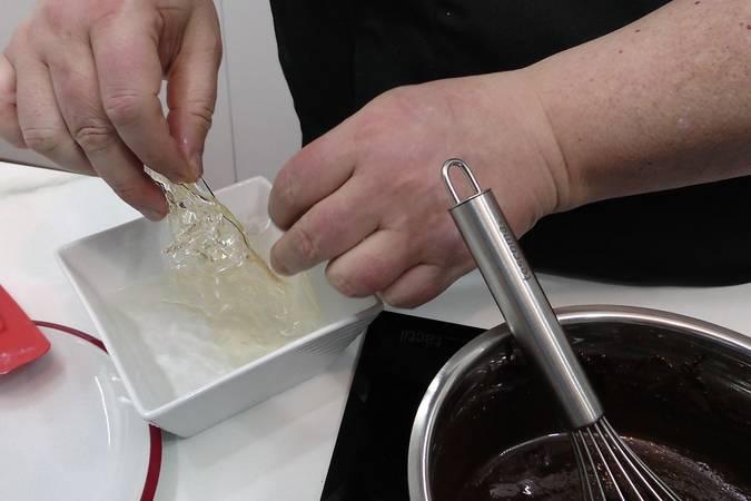 Hidratar la gelatina y añadirla al chocolate