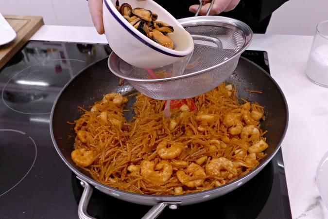 Paso 5 de Fideuá de marisco al horno