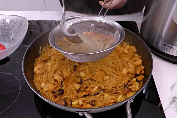 Paso 7 de Fideuá de marisco al horno