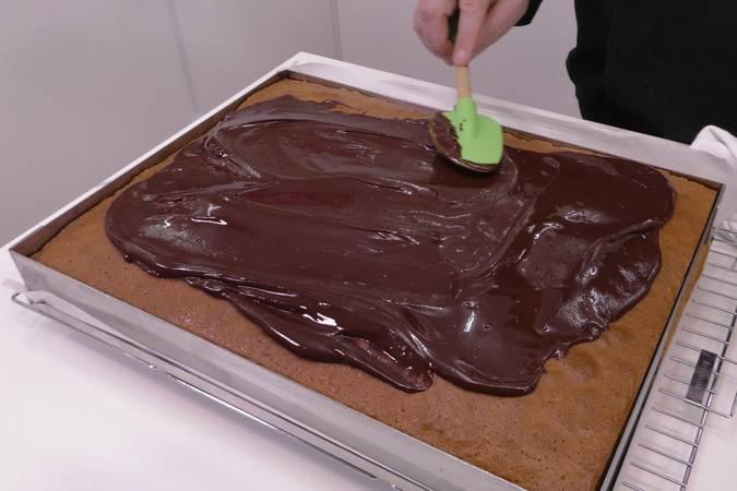 Repartimos el chocolate por encima del bizcocho