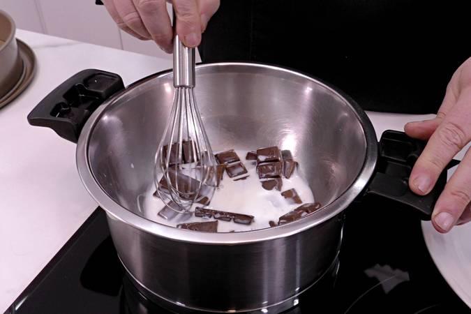 Paso 2 de Bizcocho de queso crema y chocolate