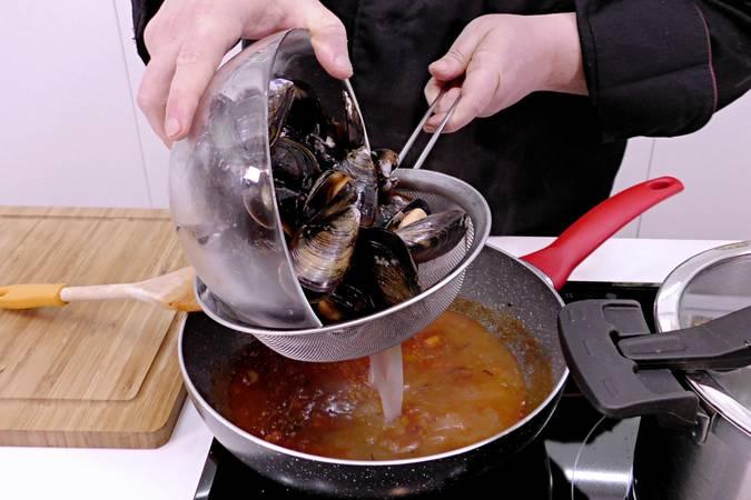 Paso 4 de Sopa de pescado y marisco para Navidad