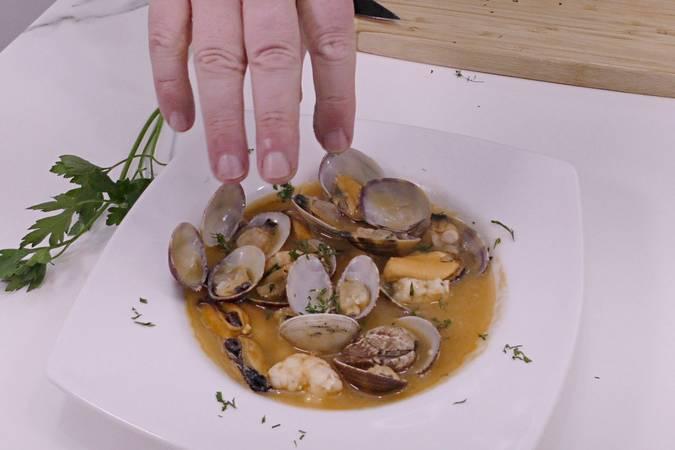 Paso 9 de Sopa de pescado y marisco para Navidad