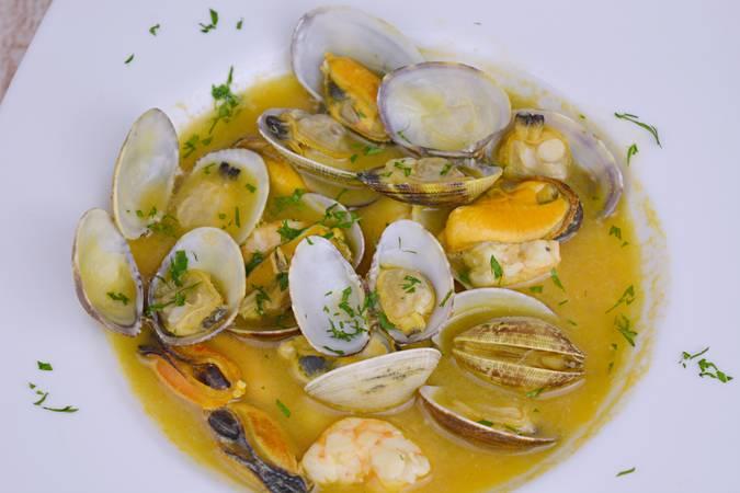 Paso 10 de Sopa de pescado y marisco para Navidad