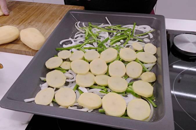 Paso 2 de Corvina al horno con patatas para Navidad