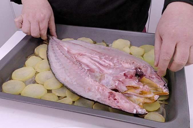Paso 3 de Corvina al horno con patatas para Navidad