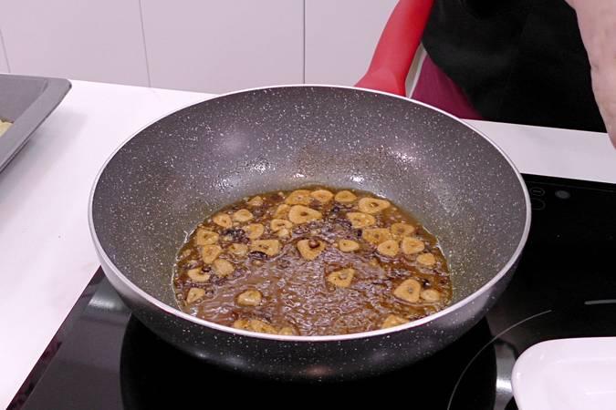 Paso 5 de Corvina al horno con patatas para Navidad
