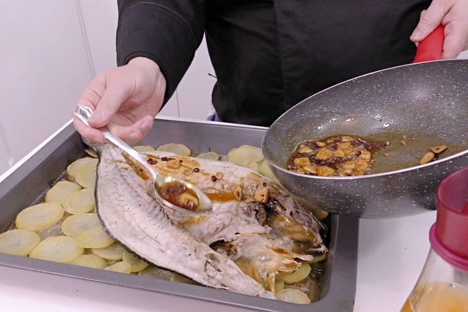 Paso 6 de Corvina al horno con patatas para Navidad