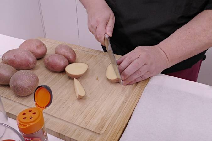 Lavamos y cortamos las patatas