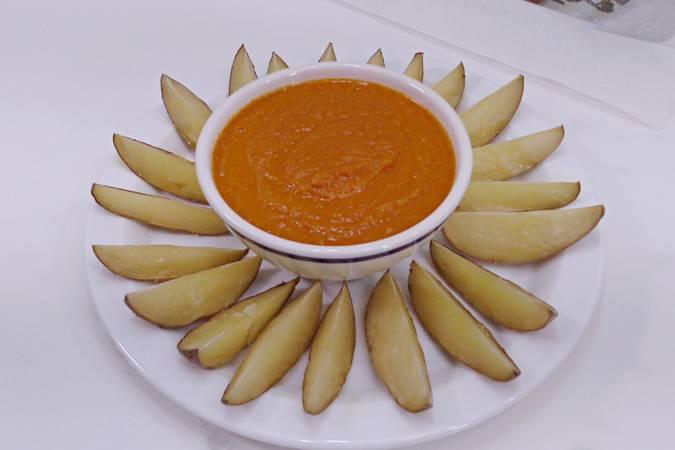 Montamos el plato con las patatas y la salsa brava