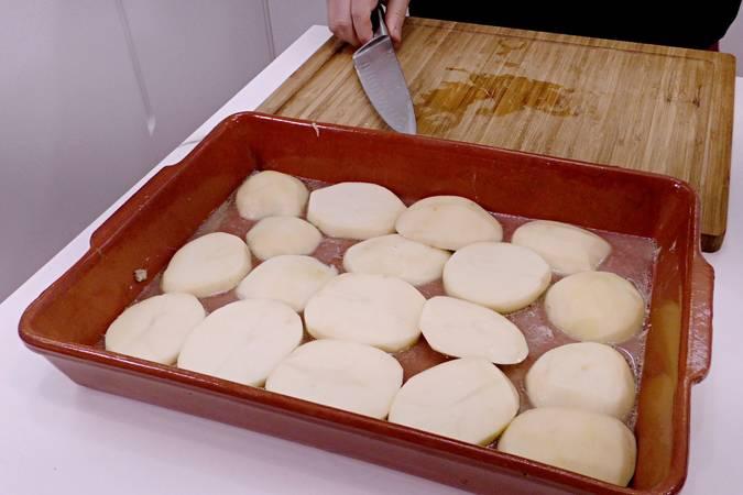 Paso 2 de Cordero asado al horno con patatas para Navidad