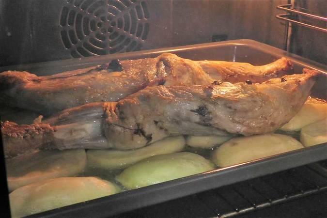 Paso 4 de Cordero asado al horno con patatas para Navidad