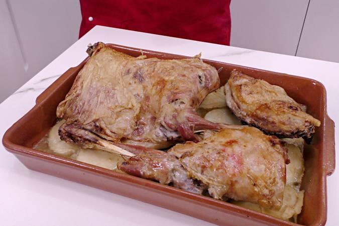 Paso 6 de Cordero asado al horno con patatas para Navidad