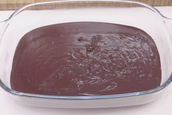 Paso 3 de Trufas de chocolate rebozadas en cacao y coco rallado