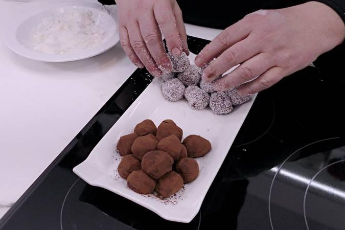 Paso 5 de Trufas de chocolate rebozadas en cacao y coco rallado