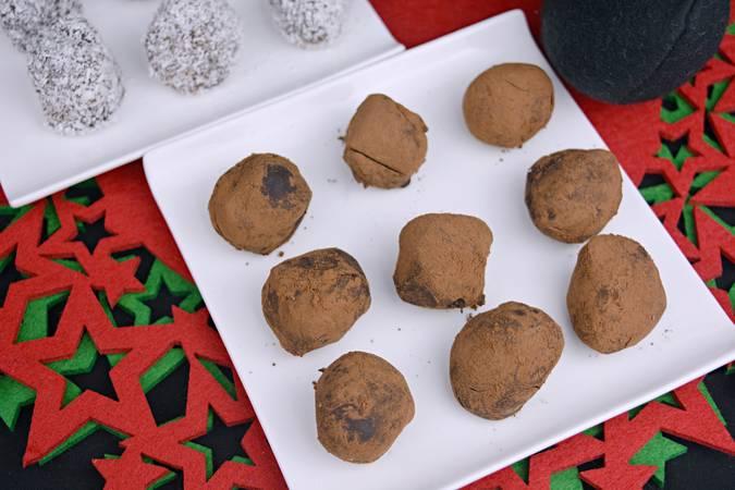 Paso 7 de Trufas de chocolate rebozadas en cacao y coco rallado