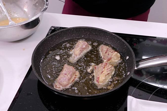 Freír los pimientos del piquillo rellenos de bacalao